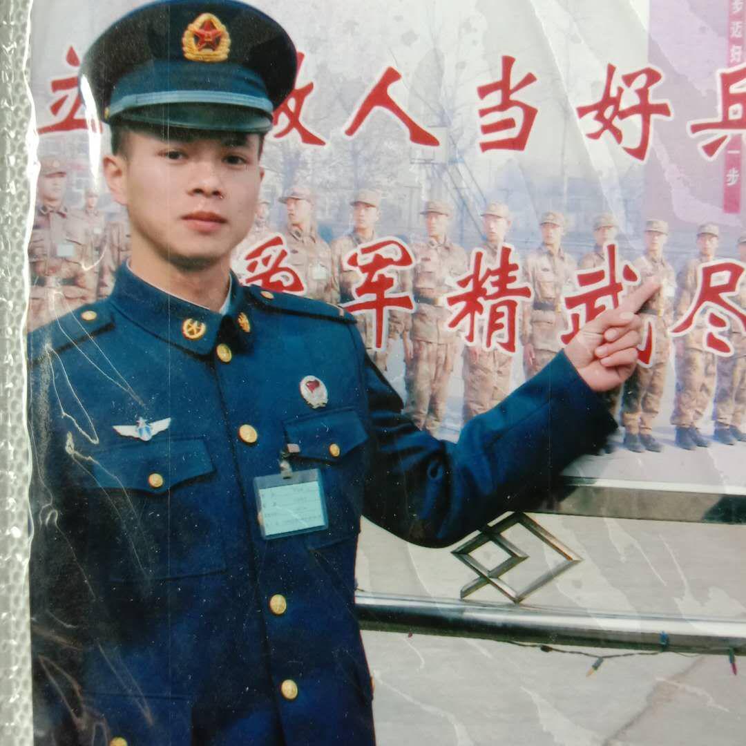 邓先生服役时的军装照。受访者 供图