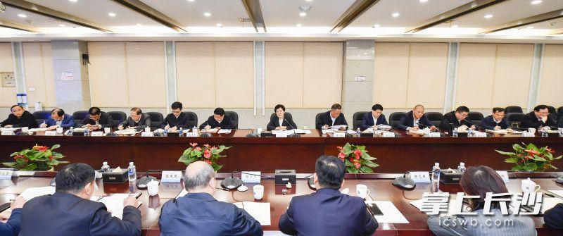 3月24日下午,省委常委、市委书记吴桂英调研长沙高新区并主持召开座谈会。长沙晚报全媒体记者 余劭劼 摄