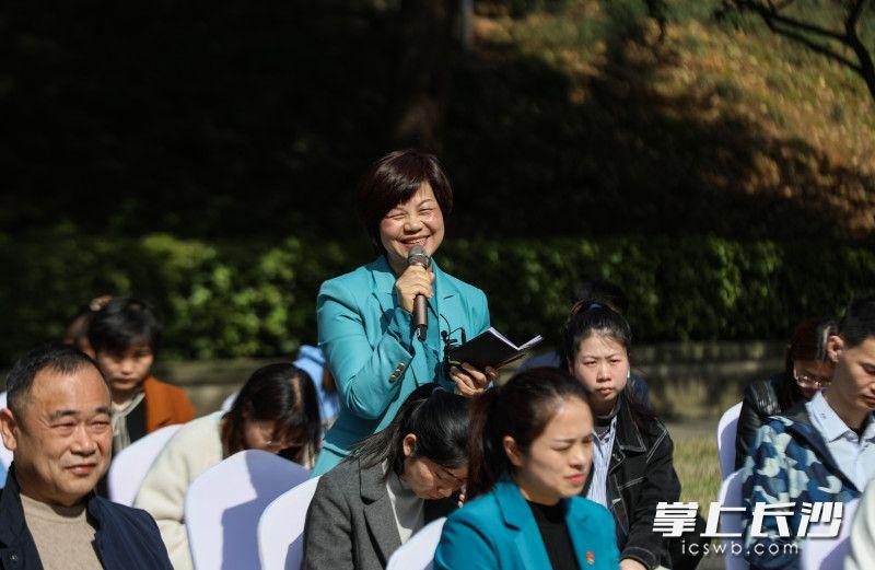 来自开福区清水塘街道红色摇篮党建声音馆的杨捷正在提问。