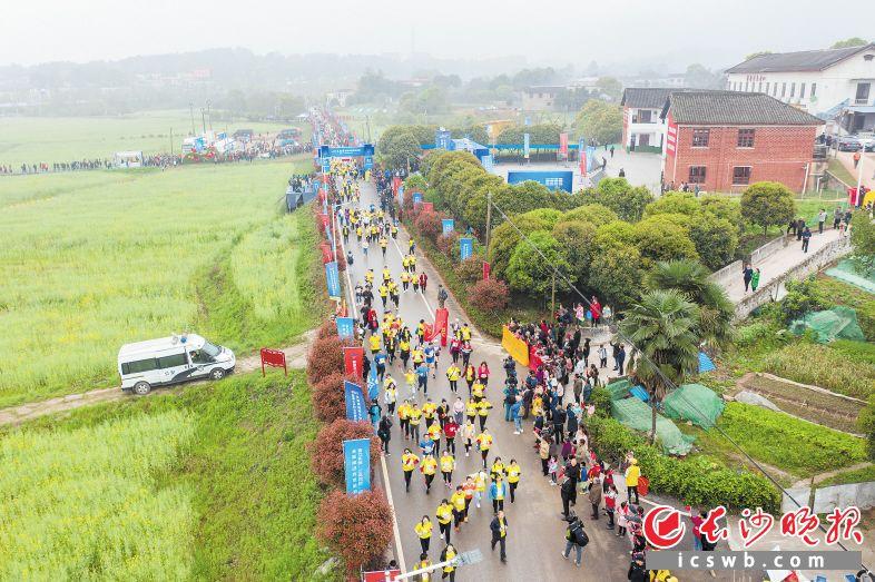 28日上午,2021年长株潭融城半程马拉松赛欢乐开跑。长沙晚报全媒体记者 陈飞 摄