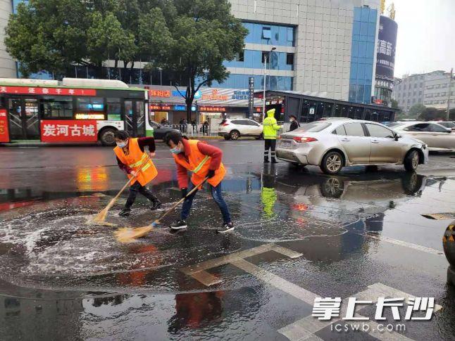 长沙火车站周边开展深度清扫保洁。通讯员 吴早红 摄