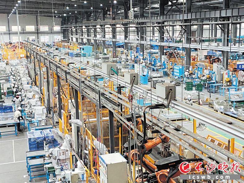 晓光科技是湖南唯一一家能为所有主机厂提供模具、零部件的综合配套企业,其车间内的自动化生产线让产能和效率不断提升。