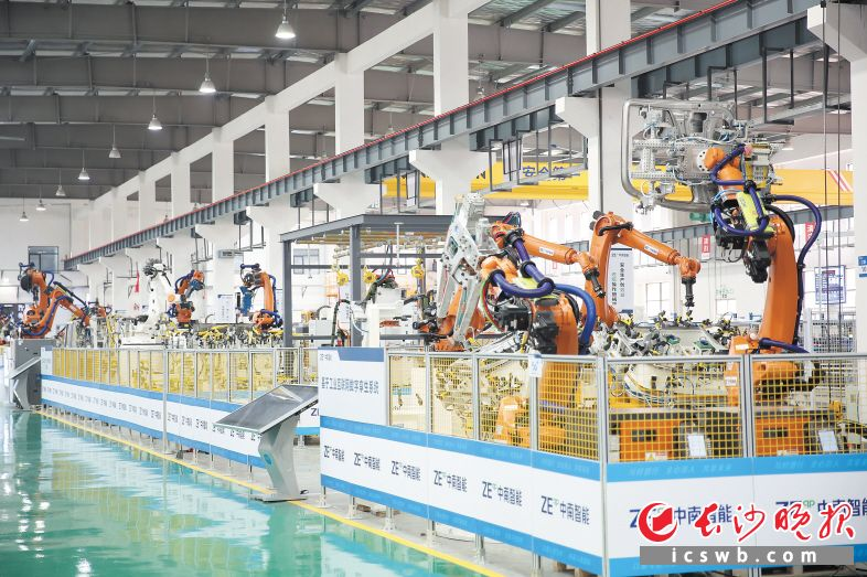 中南智能的产品和技术覆盖110个工业场景,是国内机器人行业实施首台套项目最多的企业之一。高兴 摄