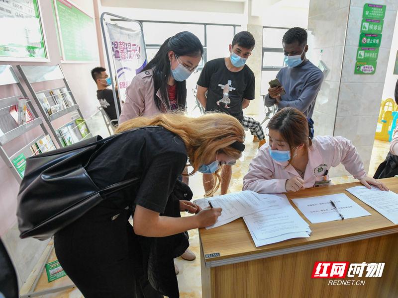 DSC_2410 20210329留学生打疫苗 红网_副本.jpg
