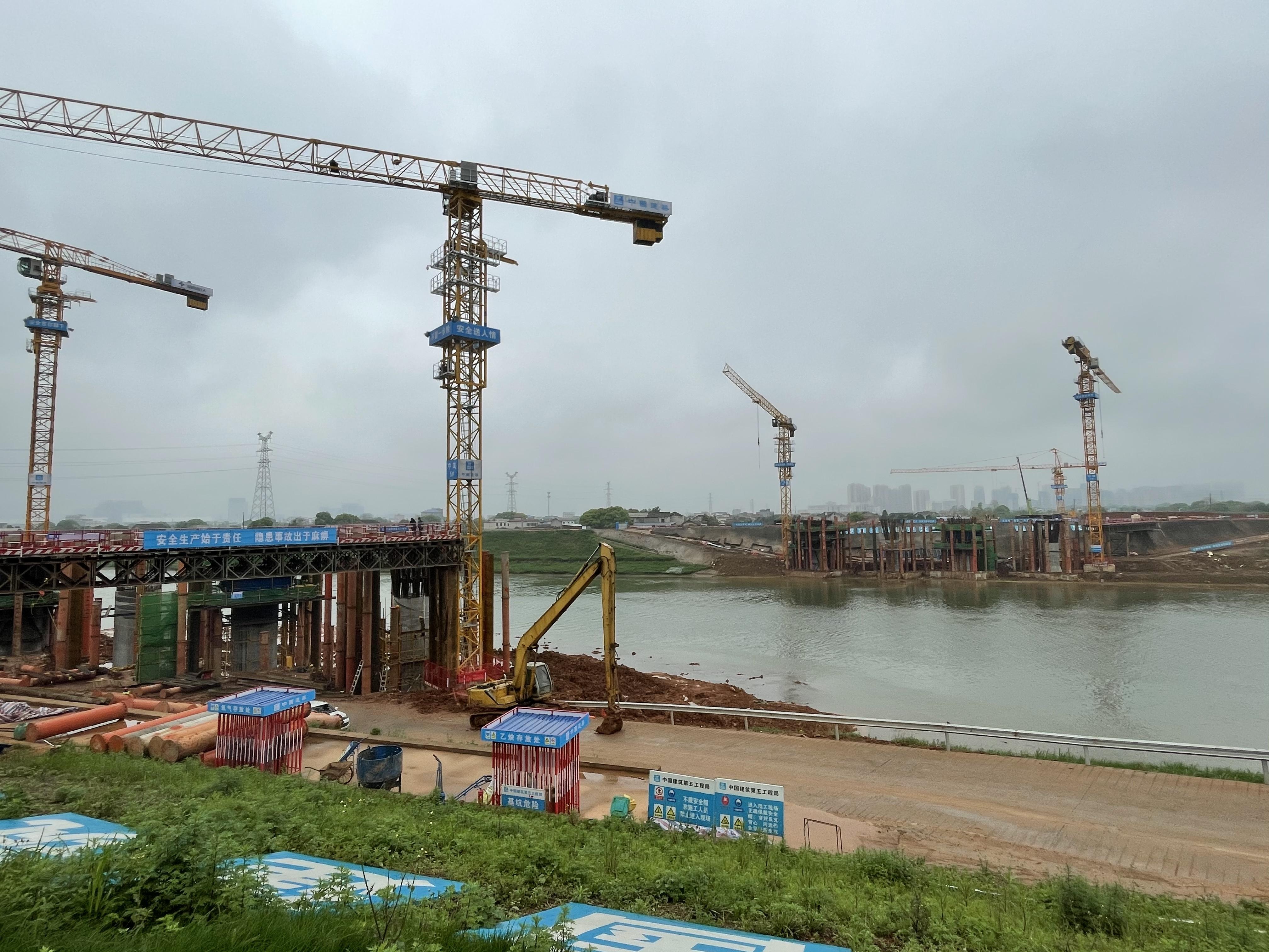 位于高铁会展片区的湘府东路跨浏阳河大桥日前完成跨浏阳河涉水桥墩施工。