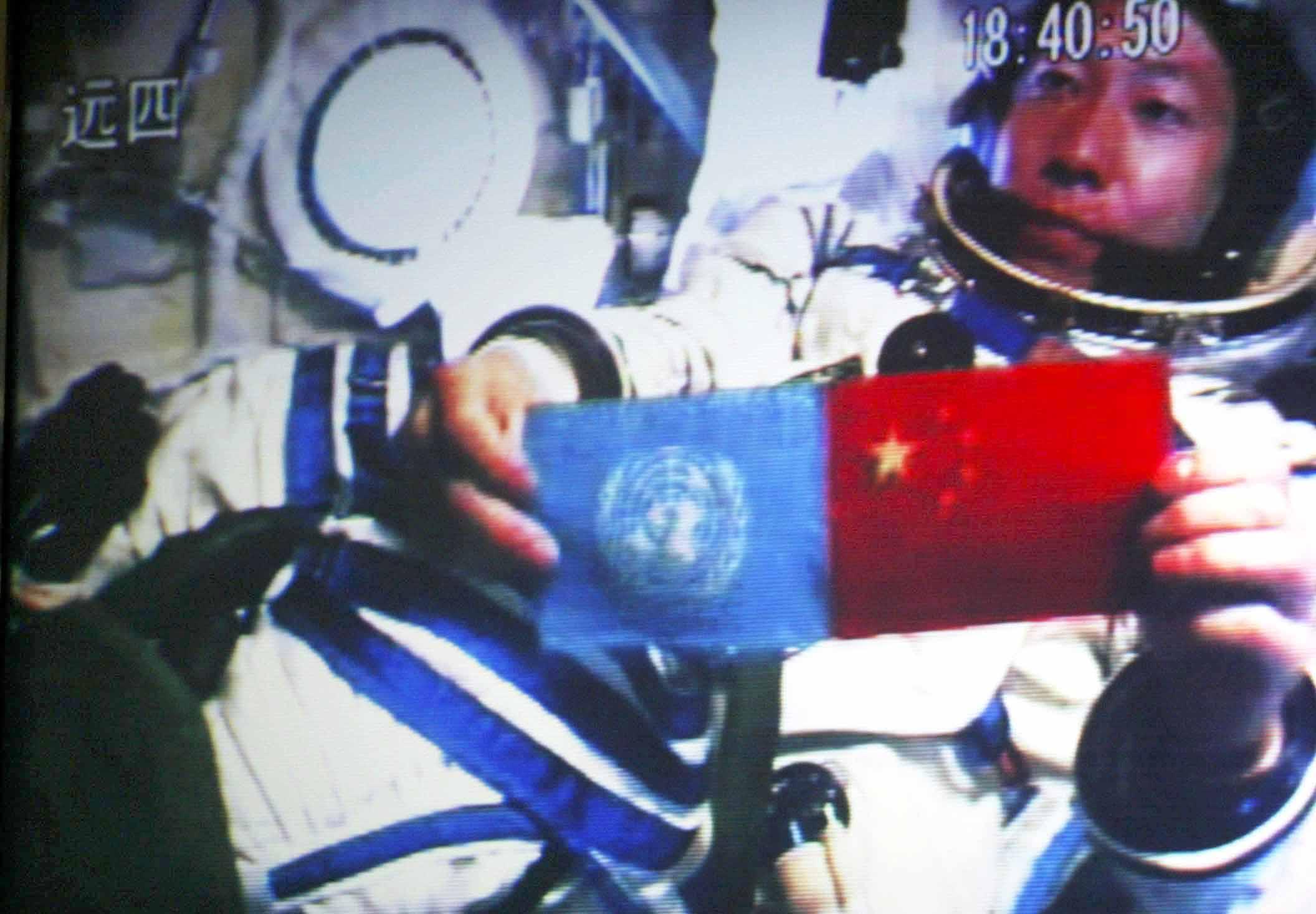 2003年10月15日:中国第一艘载人航天飞船神舟五号发射升空。2003年10月15日18时40分,中国培养的第一位航天员杨利伟从太空向世界各国人民问好,并在舱内并列展示了五星红旗和联合国旗.jpg