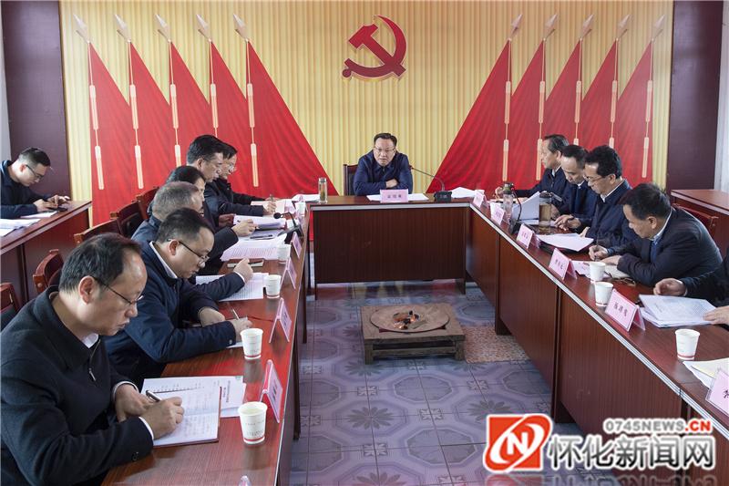 雷绍业主持召开座谈会。(记者 杨智伟 摄)