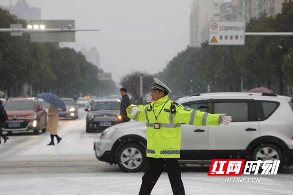 曾祥富在雪中执勤守护道路平安.jpg