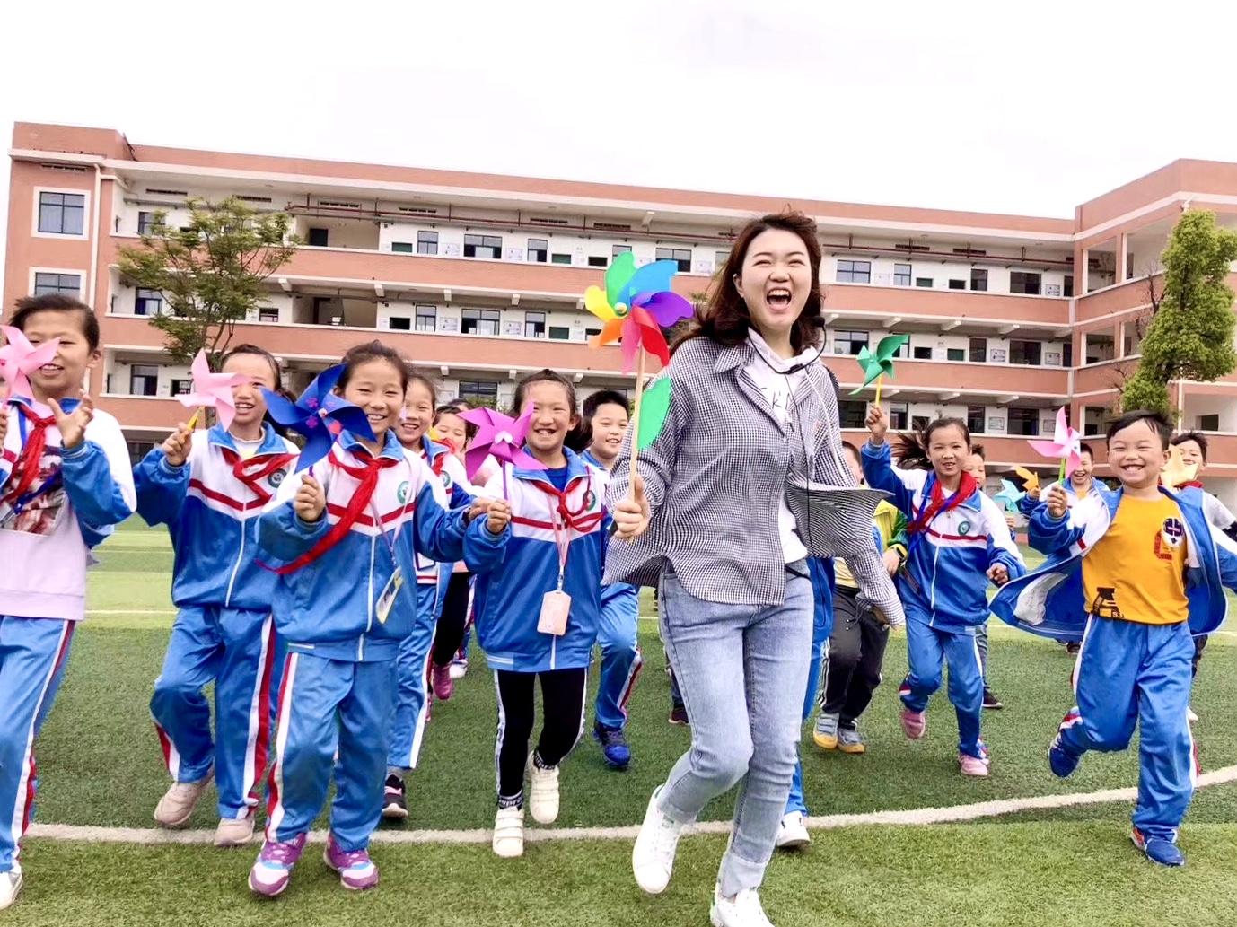 """天心区八局小学""""无作业日"""",同学们动手制作美美的风车,放飞心情。"""