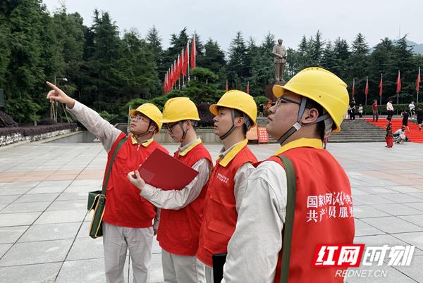 2020年6月30日,国网韶山市供电公司东方红共产党员服务队在韶山毛泽东铜像广场开展保电特巡。 周波摄影.jpg