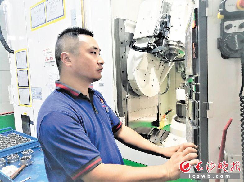 技改升级让万鑫精工的发展后劲十足,图为公司的技术工人正在操作智能设备。长沙晚报全媒体记者 张禹 摄