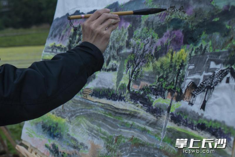 目前,邱贵荣正着力于扩大画室规模,招收培养更多农民画师。
