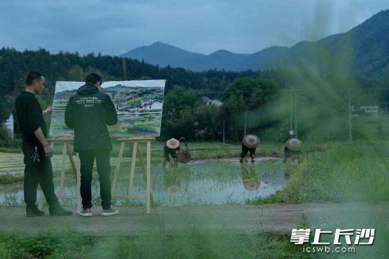 小河乡韵墨缘画室负责人邱贵荣正在指导画师进行农民画创作。