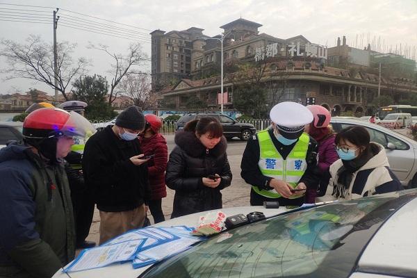 """警人员通过""""先考后罚""""的方式,宣传正确使用安全头盔的重要性2.jpg"""