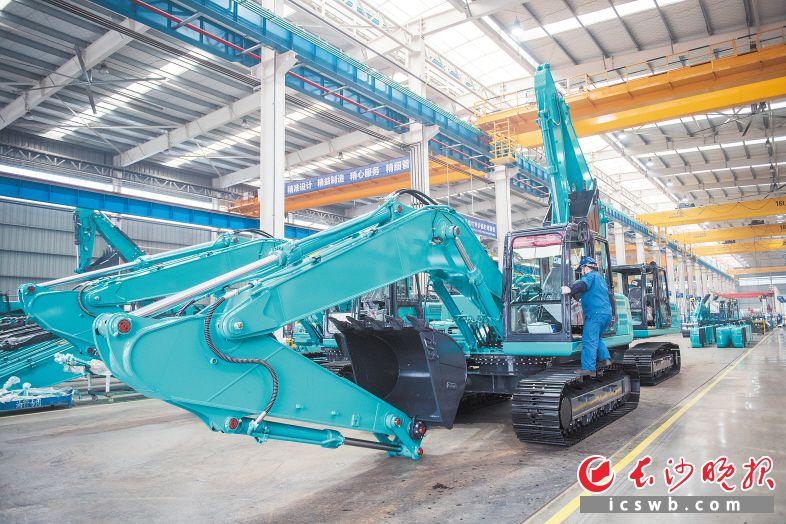 长沙经开区山河工业城中挖车间,产业工人正在赶制生产订单。黄启晴 摄