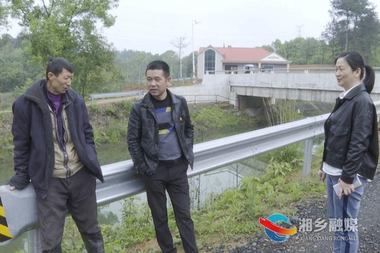 赵正良(左一)和赵敬梅交谈。.jpg
