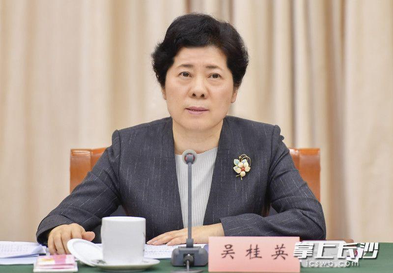 4月21日下午,省委常委、市委书记吴桂英主持召开市委常委会(扩大)会议。余劭劼 摄