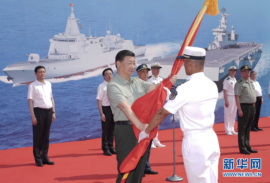 习近平出席海军三型主战舰艇集中交接入列活动