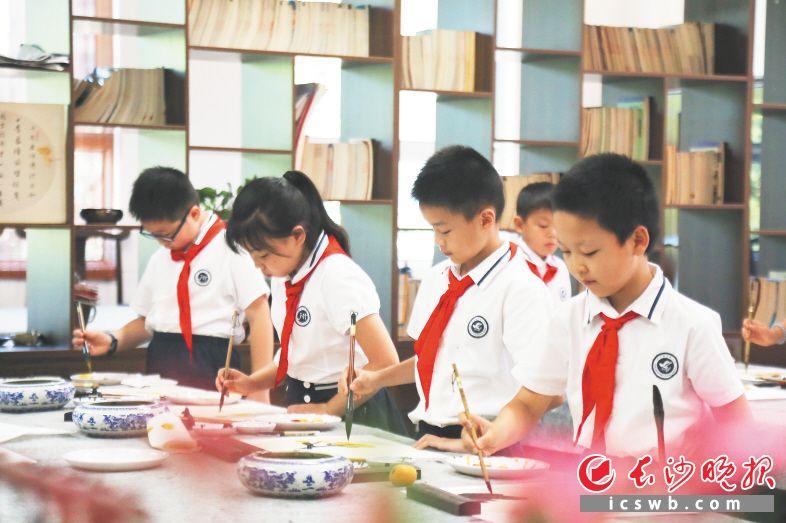 """健好身、读好书、写好字,是雨花学子""""新三好""""标准。图为学生正在练习毛笔书法。图片均由雨花区教育局提供"""