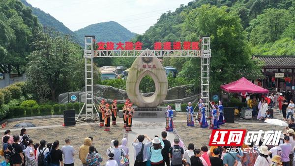 1游客在东江湖游客中心观看非遗表演(无人机照片).jpg
