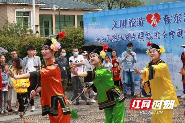 3游客观看非遗项目花鼓戏表演唱《媒婆调》.jpg