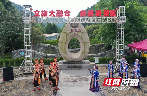2游客在东江湖游客中心观看表演(无人机照片).jpg