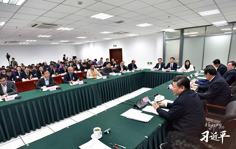 2021年3月22日至25日,习近平总书记在福建考察。这是24日下午,总书记在福州福建福光股份有限公司考察。