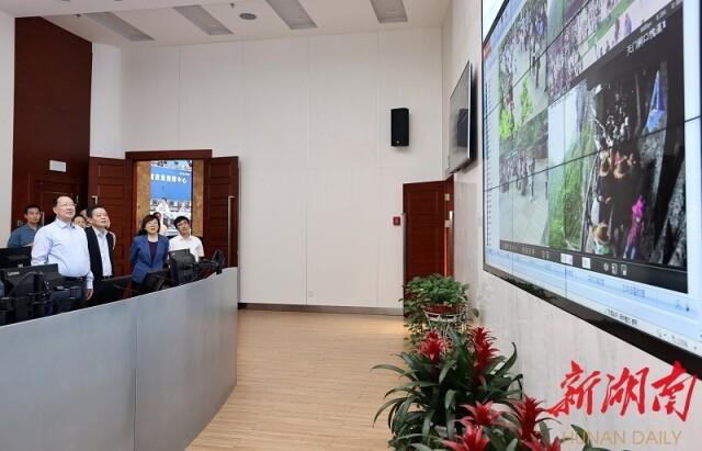 毛伟明在省政府总值班室,通过视频检查调度重点路段、交通节点和旅游景区安保值守情况。.jpg