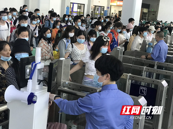 """永州火车站""""五一""""小长假发送旅客11万人次"""