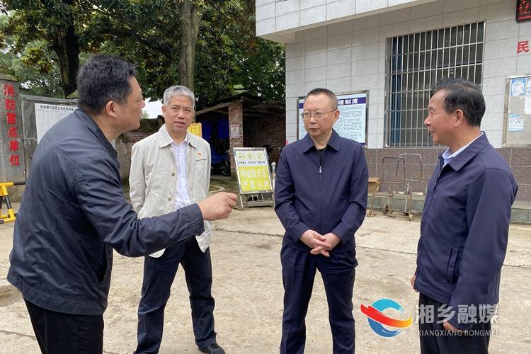 向敏(右二)在民政福利工艺厂督查安全生产。.jpg
