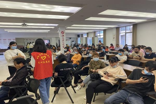 党员志愿者为接种后留观的社区居民分享党史小故事.jpg