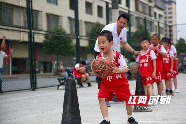 小学员在教练的指导下练习运球_副本.jpg