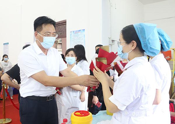 刘桢干慰问新冠病毒疫苗集中接种点医务人员