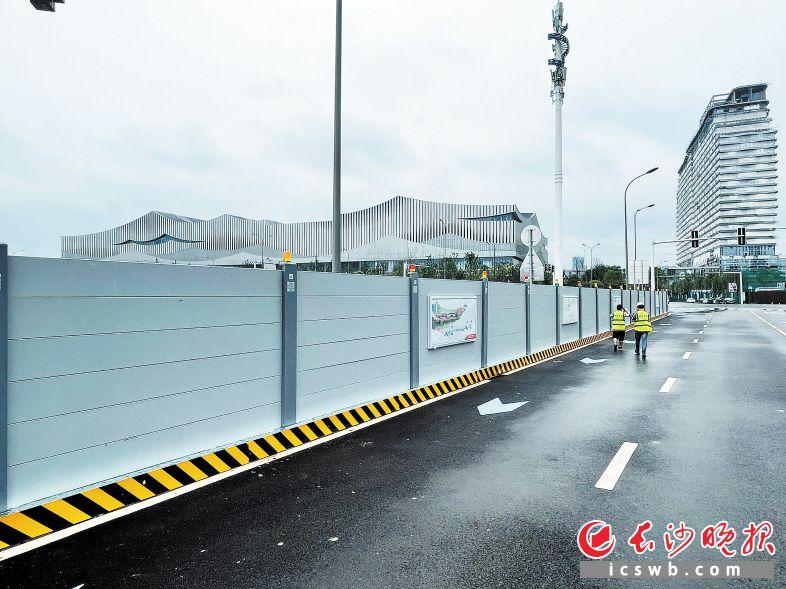 长沙国际会议中心核心区光达停车场及公共绿地建设工程项目采用的装配式围挡,不仅安装方便,还能重复利用。长沙晚报全媒体记者 陈焕明 摄