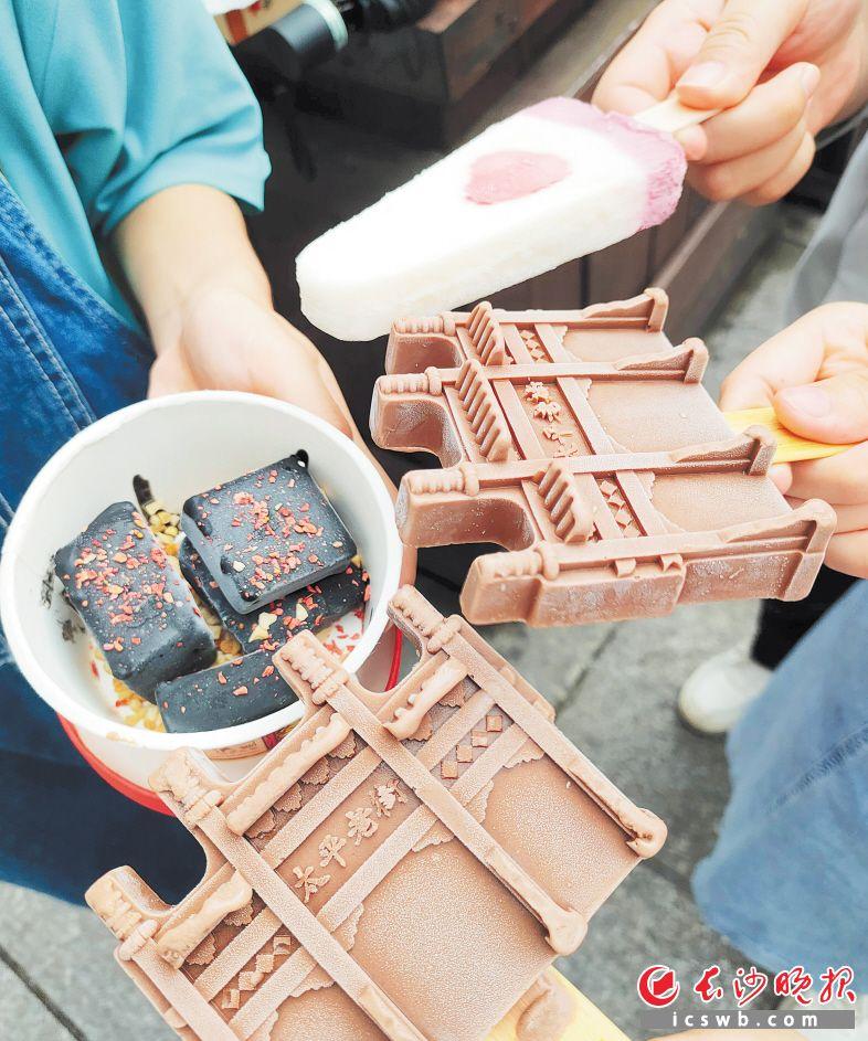 太平老街造型以及臭豆腐造型的文创雪糕成了市民逛街拍照的首选。长沙晚报全媒体记者 刘攀 摄