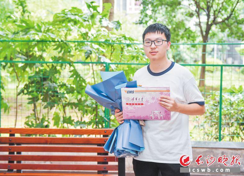 7月13日,一封来自清华大学的录取通知书送到了长郡中学毕业生高子翼手中。长沙晚报全媒体记者  邹麟 摄