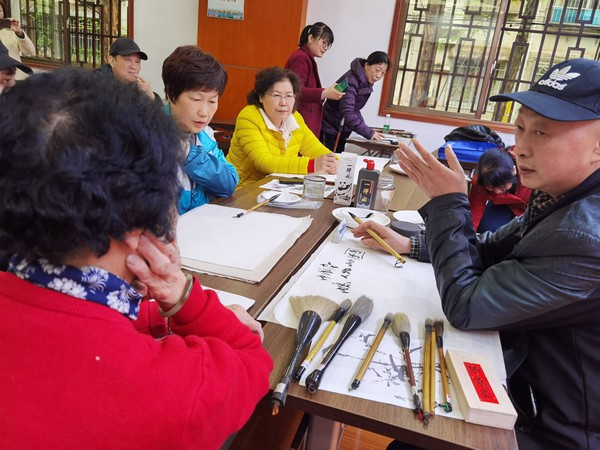 党员教师为清水塘社区居民上书画课.jpg