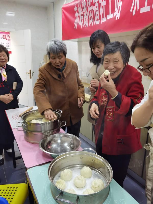 烹饪专业教师指导芙蓉南路哦社区居民做中式面点.jpg