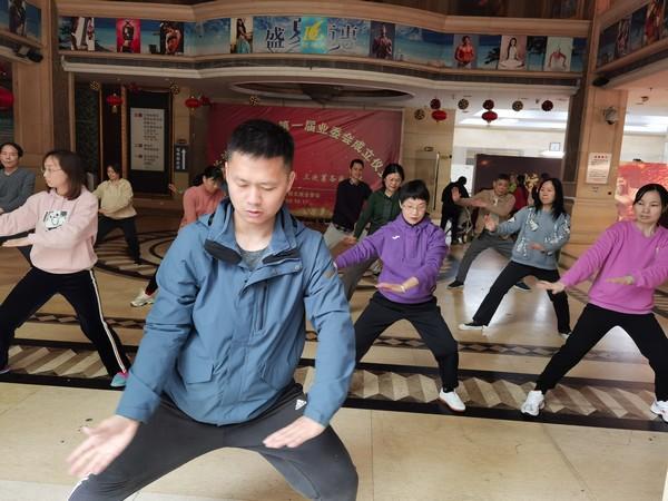 体育教师为龙庭社区居民上太极拳指导课.jpg