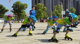 """衡山:轮滑少年上演""""速度与激情"""""""