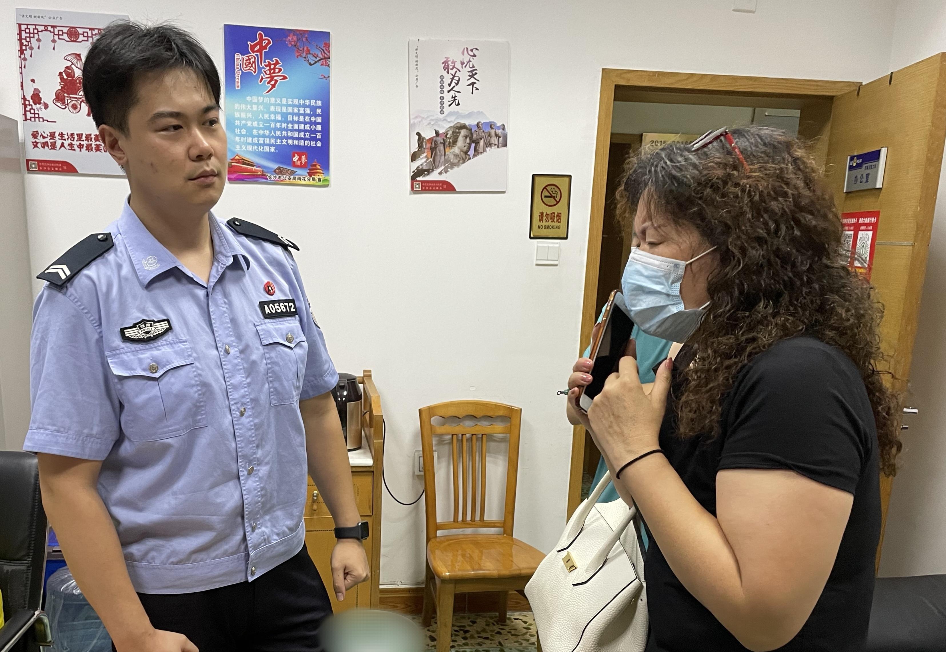 辅警王泽仁劝阻市民向骗子汇款。长沙晚报通讯员 刘杰 供图