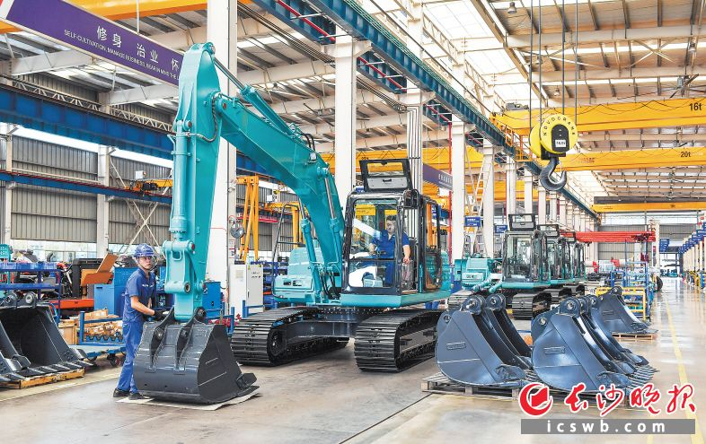 """長沙工程機械產業集群入圍工信部""""先進制造業集群競賽""""決賽優勝者名單。圖為山河智能生產車間。"""