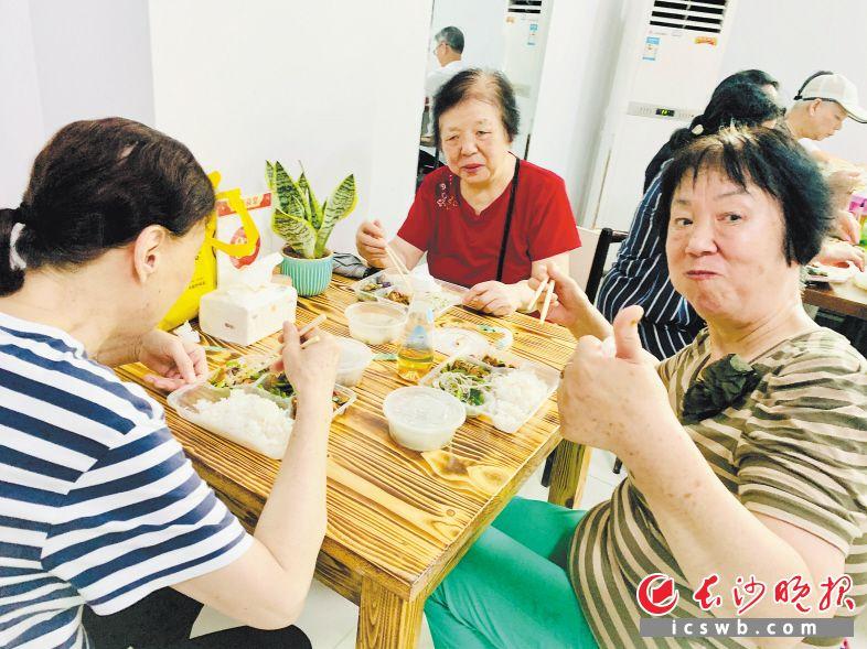 家门口吃饱吃好花钱少,老人家竖大拇指点赞。通讯员 胡杜豆 供图