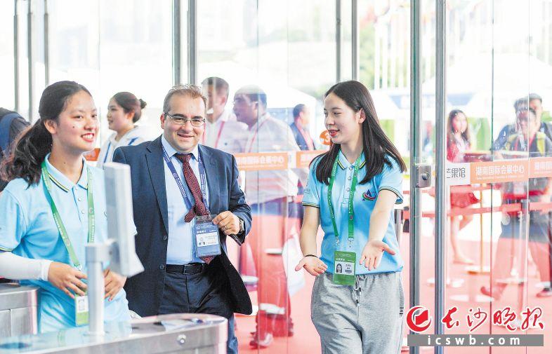 长沙国际工程机械展上,志愿者们热情为与会外籍参展商服务。长沙晚报全媒体记者 黄启晴 摄