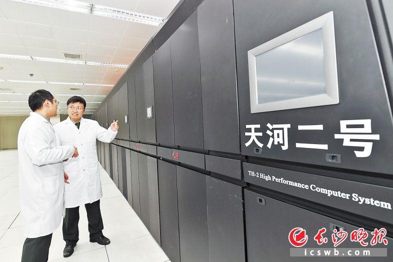 国防科技大学的工程师正在调试天河二号超级计算机。  长沙晚报全媒体记者 邹麟 摄