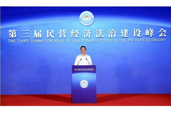 圖為周強在第三屆民營經濟法治建設峰會上作主旨演講。孫若豐 攝