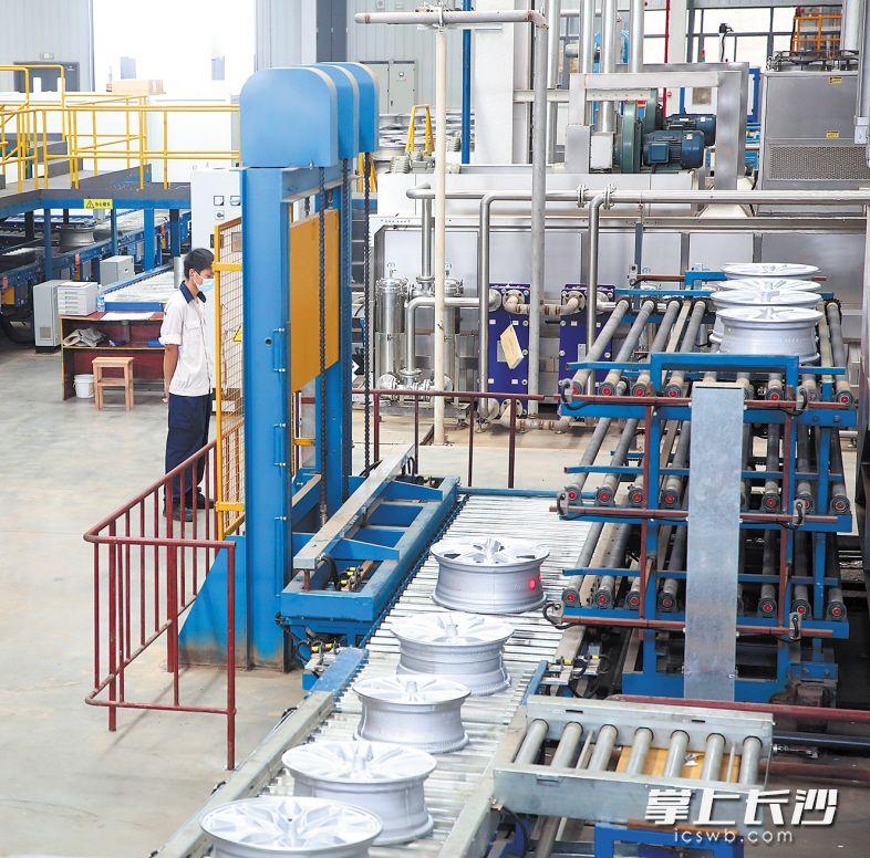 """戴湘600万只个性化车轮项目投产,长沙先进制造业再添""""强将""""。  长沙晚报通讯员 王鹏 摄"""