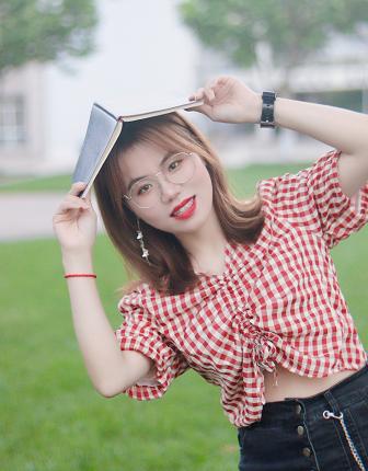 高东艳,江苏海洋大学学生。未来也许没有面朝大海,也没有春暖花开,但无论如何,我都想做一个正直的新闻人。