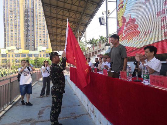 湖南省军区原副政委、省紧急救援协会会长魏永景为活动组委会授旗。