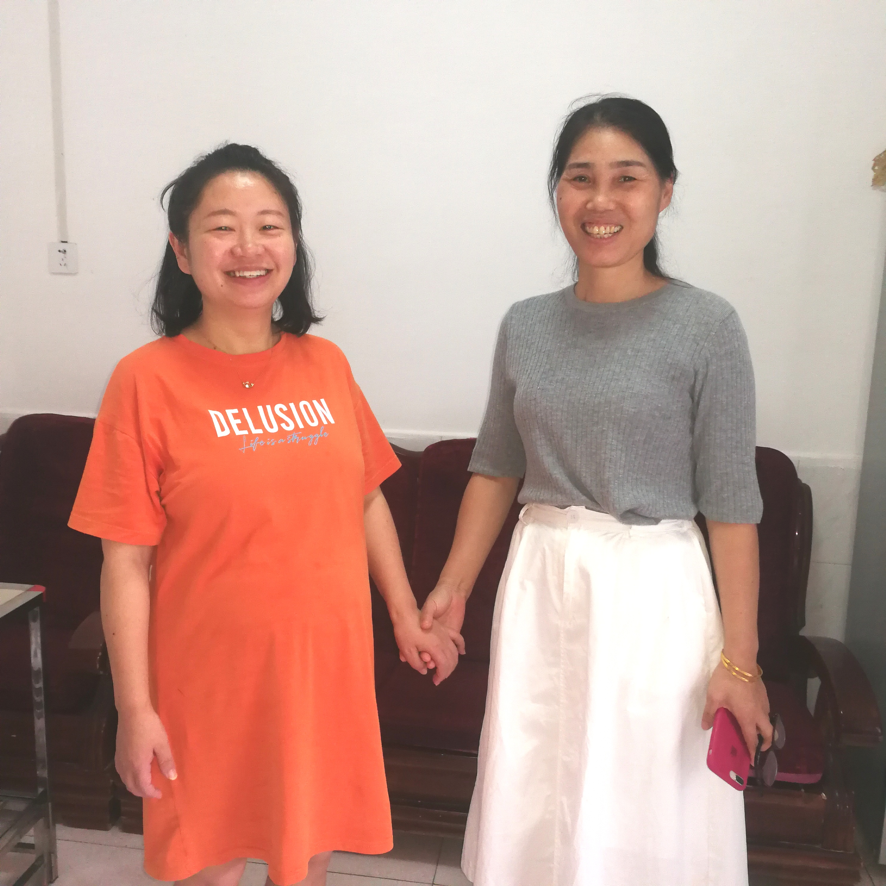 """朱晖老师(右)是一名中学高级教师。图为她与学校师徒""""结对""""的年轻老师何滔(左)进行谈心交流。 长沙晚报全媒体记者  黎铁桥 通讯员 谭姣姣摄"""
